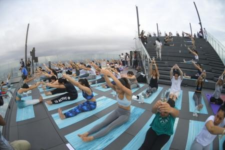 'Sunrise Wine Yoga' กิจกรรมออกกำลังกายสุดอินเทรนด์ 'โยคะไวน์'  บนดาดฟ้าที่สูงที่สุดในประเทศไทย
