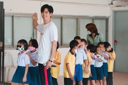 ฟิล์ม-ธนภัทร นำทีมแฟนคลับบุกเซอร์ไพรส์น้องๆโรงเรียนสอนคนตาบอด มอบความสุขส่งท้ายปีเก่าต้อนรับปีใหม่